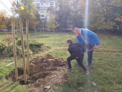 """Учениците от 3б клас с удоволствие засадиха дръвчета в училищния двор - """"Моето зелено училище"""" 5"""